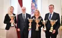 Läti presidendi vastuvõtul anti üle Eesti koondise ja Martin Kupperi võidukarikad